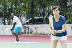 Couples jouant le tennis en équipe Photographie stock