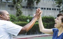 Couples jouant le tennis en équipe Image libre de droits