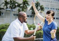 Couples jouant le tennis en équipe Photo libre de droits