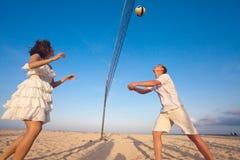 Couples jouant le volleyball Photo libre de droits