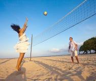 Couples jouant le volleyball Photographie stock libre de droits