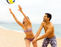 Couples jouant le volleyball Photo stock
