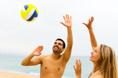 Couples jouant le volleyball Photo libre de droits