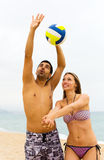 Couples jouant le volleyball Photos libres de droits