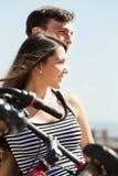 Couples joyeux ayant le repos Photographie stock libre de droits
