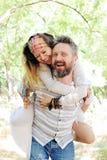 Couples joyeux de style de Boho beaux, style indépendant, équipement de hippie, équipement de Bohème, homme de embrassement de fe Images stock