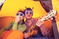 Couples joyeux des hippies ayant l'amusement Photos libres de droits