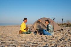 Couples joyeux des voyageurs Image libre de droits