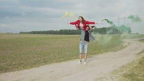 Couples joyeux exécutant le tour acrobatique dehors banque de vidéos
