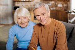 Couples joyeux heureux vous regardant Photo stock