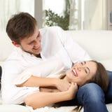 Couples joyeux plaisantant et riant à la maison images libres de droits