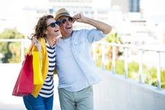 Couples joyeux regardant loin Photo libre de droits