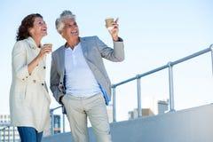 Couples joyeux regardant loin Images stock