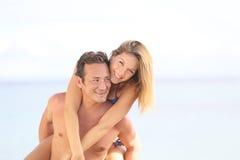 Couples joyeux sur la plage Images libres de droits
