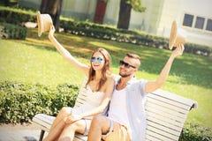 Couples joyeux sur un banc Image stock