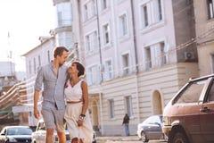 Couples joyeux urbains dans l'amour ayant un repos dans la ville Image stock