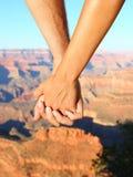 Couples jugeant la hausse de mains romantique, Grand Canyon photographie stock libre de droits