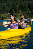 Couples Kayaking de lac Images stock