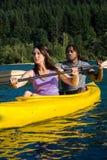 Couples Kayaking de lac Images stock