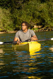 Couples Kayaking de lac Photo libre de droits