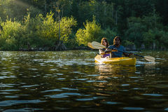 Couples Kayaking de lac Photographie stock