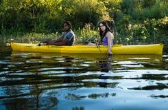 Couples Kayaking de lac Images libres de droits