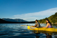 Couples Kayaking de lac Photo stock