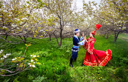 Couples kazakhs dans le costume traditionnel Photographie stock libre de droits