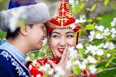 Couples kazakhs dans le jardin Photos libres de droits