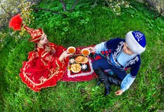 Couples kazakhs dans le jardin Photo stock