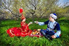 Couples kazakhs dans le jardin Image libre de droits