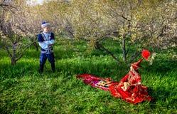 Couples kazakhs dans le jardin Photographie stock