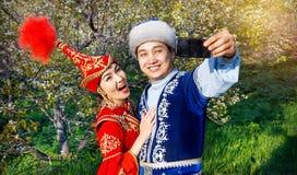 Couples kazakhs drôles dans le jardin Photos libres de droits