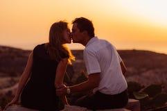 Couples kitting sur la roche le soir Photographie stock libre de droits