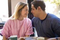Couples la date flirtant dans un café Images stock