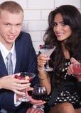 Couples la datte dans le bar ou boîte de nuit appréciant le vin Photographie stock