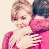Couples La femme est triste et étant consolée par son associé Photographie stock libre de droits