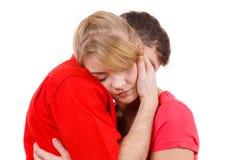 Couples La femme est triste et étant consolée par son associé Images stock