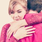 Couples La femme est triste et étant consolée par son associé Photo libre de droits