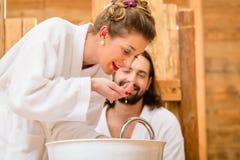 Couples à la station thermale de bien-être Images libres de droits