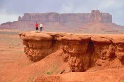 Couples à la vallée de monument dans AZ, Etats-Unis Photographie stock