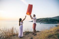 Couples laissant la lanterne d'air Images stock