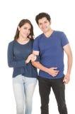 Couples latins mignons habillés dans le bleu Photos stock
