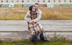 Couples, le type et les étreintes de fille sur un banc Photographie stock libre de droits
