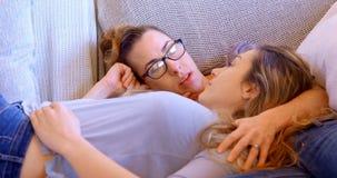 Couples lesbiens agissant l'un sur l'autre les uns avec les autres dans le salon 4k banque de vidéos