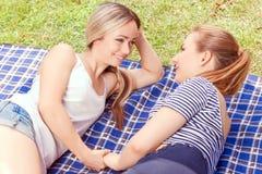 Couples lesbiens pendant le pique-nique en parc Images libres de droits