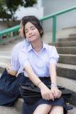 Couples élevés thaïlandais asiatiques d'étudiante d'écolières se penchant et dormant Photos libres de droits
