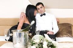 Couples élégants après une réception d'an neuf Photo stock