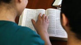 Couples lisant la bible ensemble banque de vidéos