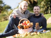 Couples lounging au pique-nique dehors Photos stock